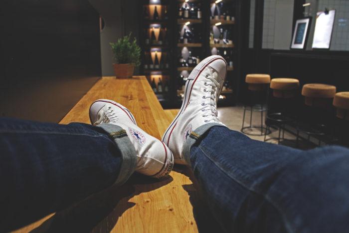 Rock our Kitchen Schuhe auf der Sitzbank