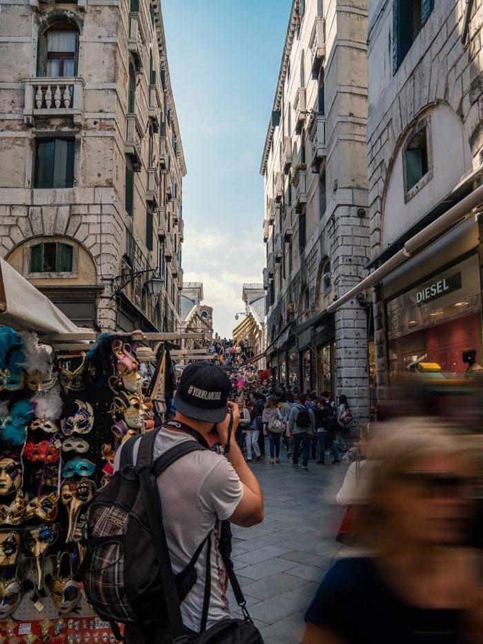 Rialtobrücke Venedig von der Seite fotografiert