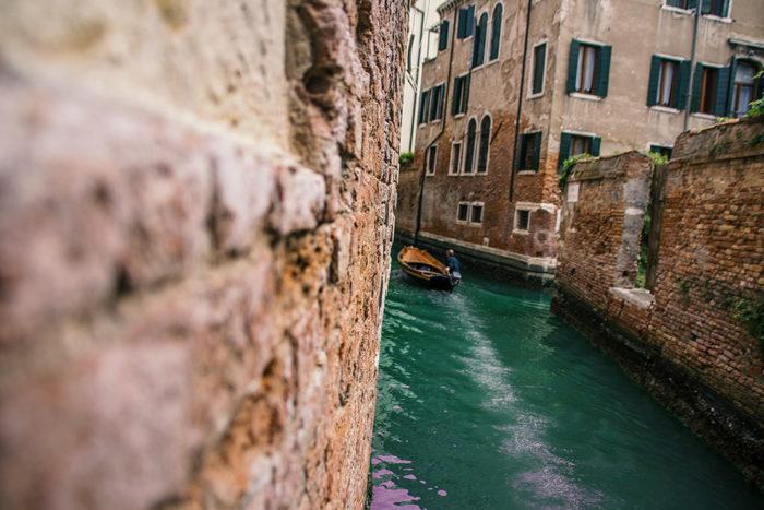 Venedig - Kleines Boot im Kanal