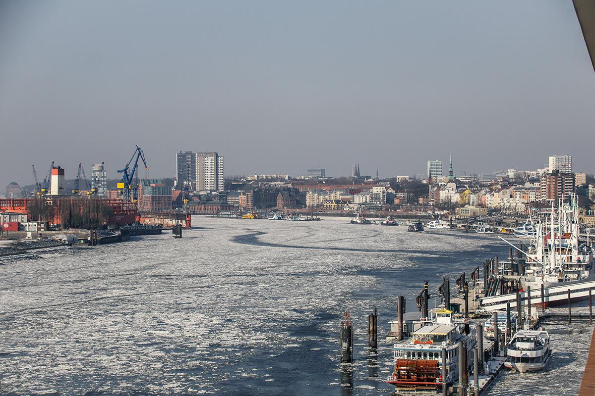 Winter in Hamburg mit Blick von der Elphi auf den Hamburger Hafen