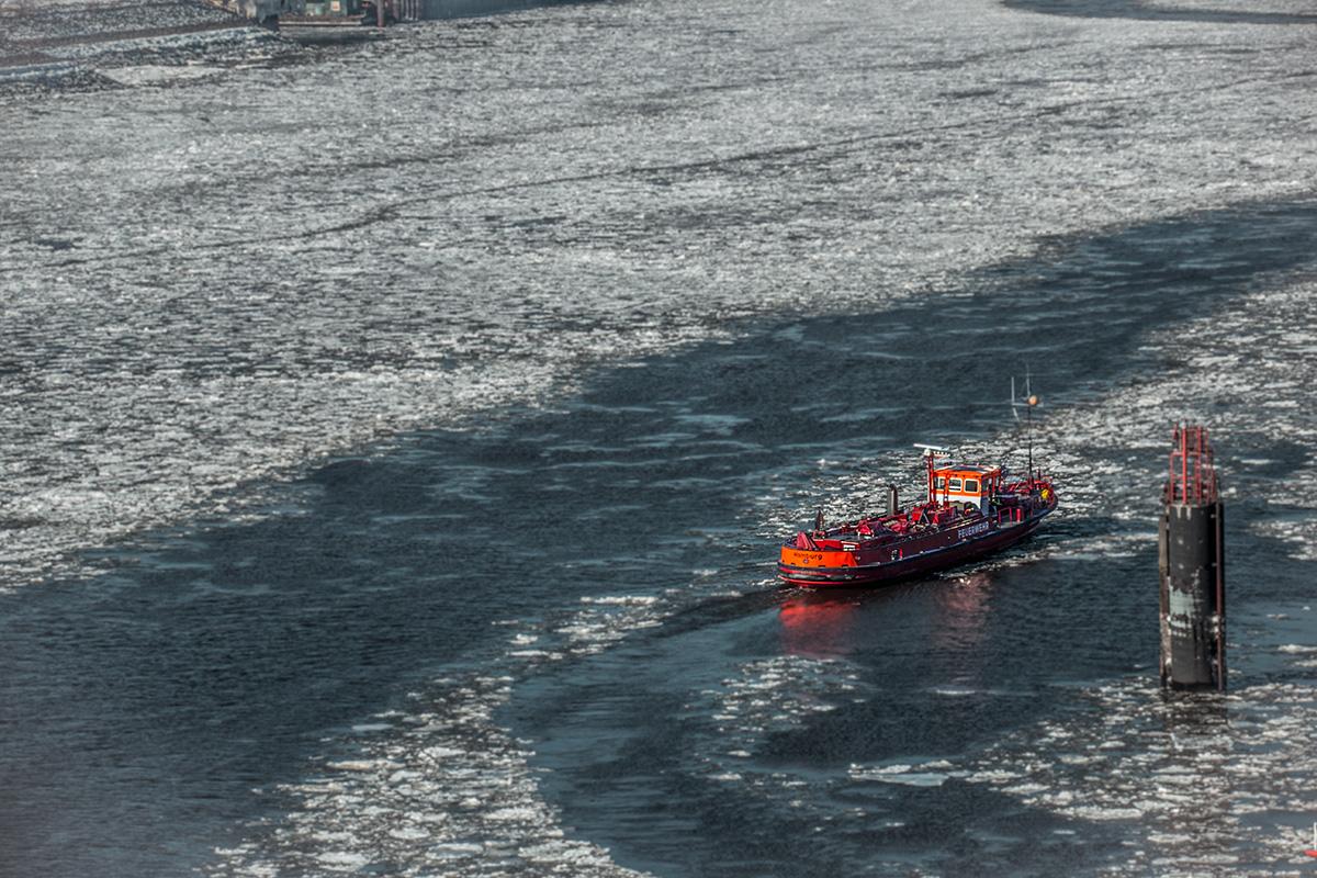 Winter in Hamburg - Feuerwehrschiff auf der gefrorenen Elbe