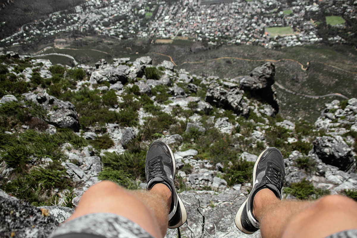 Tafelberg Beine baumeln am Abgrund