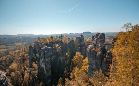 Weiter Blick über einen Teil des Elbsandsteingebirges
